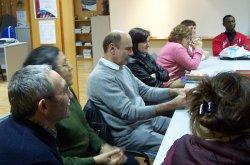 La mesa redonda sobre la matanza del cerdo organizada por el CIL de Íscar congrega a 14 usuarios del Centro procedentes de Bulgaria, Rumania, Sierra Leona y España