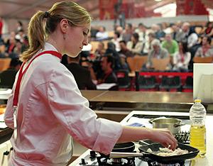 Cocinera en el concurso de tapas